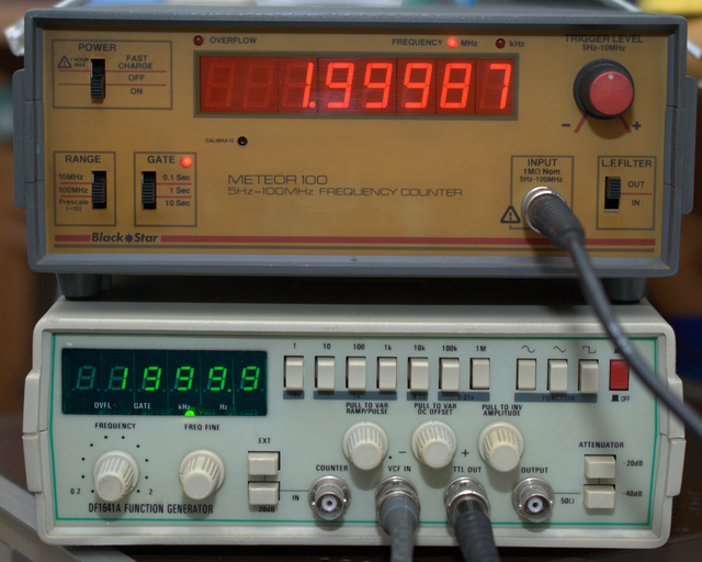 comparative image of the generator with my frequency meter at 2 MHz